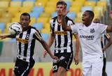 Robinho, Aránguiz, Mendieta, Gil e Romero disputam gol mais perdido