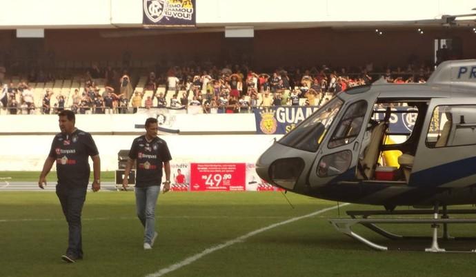 Presidente Zeca Pirão e Eduardo Ramos desceram de helicóptero no gramado do Mangueirão (Foto: Gustavo Pêna)