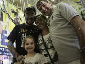 Lucas comemora a aprovação na USP com os pais e a irmã (Foto: Caio Kenji/G1)