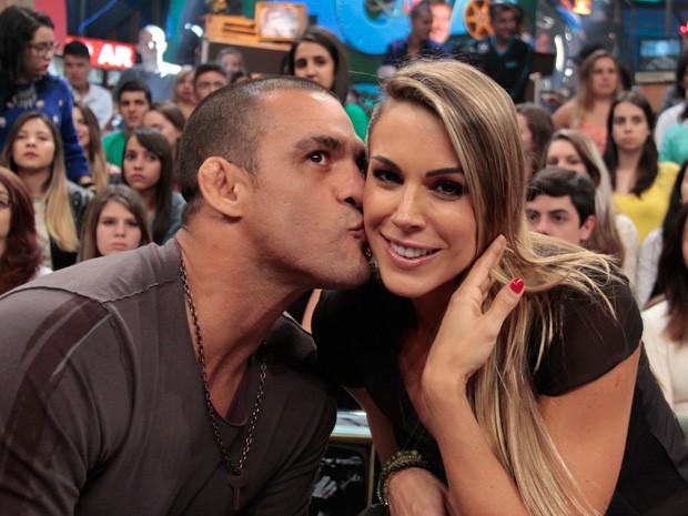 Vitor Belfort beija a esposa Joana Prado durante a gravação do programa (Foto: Marcos Mazini/Gshow)