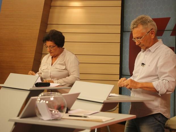 Beth Colombo e Luiz Carlos Busato se concentram para responder as perguntas (Foto: Joyce Heurich/G1)