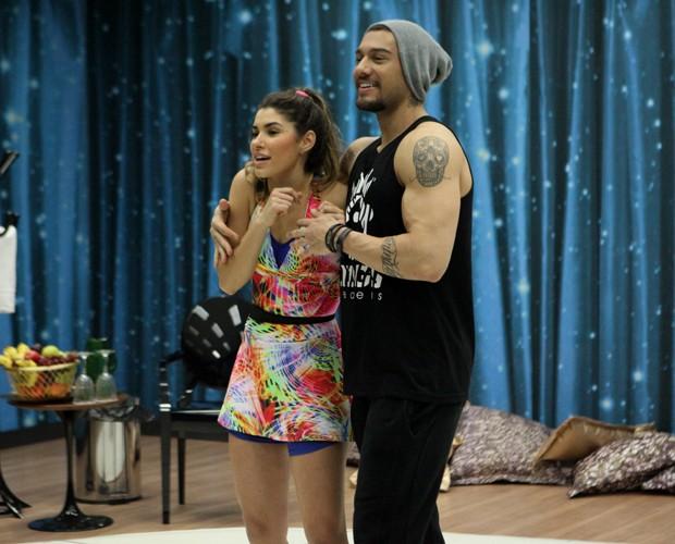 O cantor abraça a bailarina Ana Paula Guedes (Foto: Carol Caminha / TV Globo)