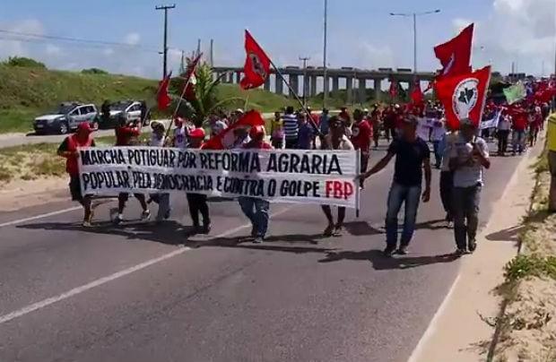 Manifestantes caminharam do campus da Uern até a sede do Incra (Foto: Reprodução/Inter TV Cabugi)