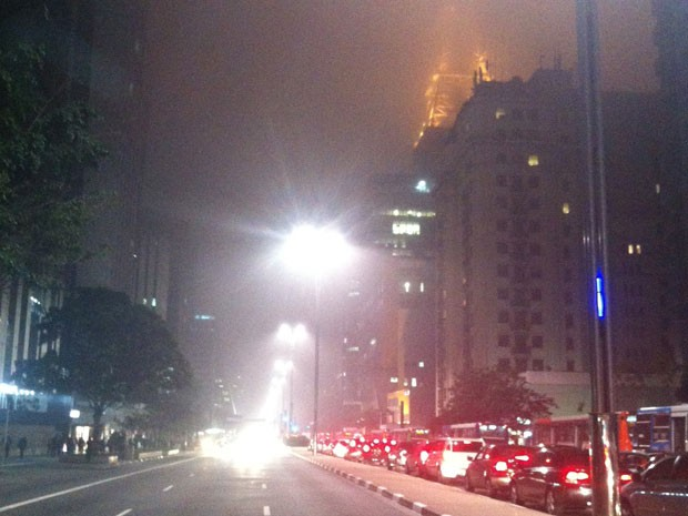 Neblina na noite desta ter&#231;a-feira na Avenida Paulista (Foto: G1)