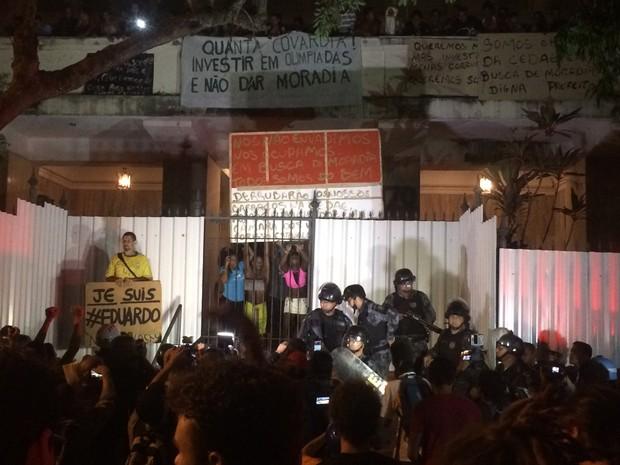 Os manifestantes gritam palavras de ordem em frente ao prédio ocupado na Praia do Flamengo (Foto: Daniel Silveira/G1)