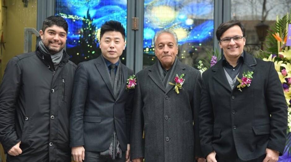 Estratégia. Loja de café em Xangai, com os empresários Leonardo Scarpelli (à esquerda), Li Dong, que é um parceiro estratégico na China, Luiz Fernando de Mello e Mário de Melo Botelho   (Foto: Divulgação)