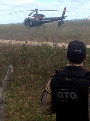 Helicópetero da Paraíba sobrevoa a cidade de Pilões, no RN, em busca do suspeito  (Foto: Capitão Inácio Brilhante/G1)