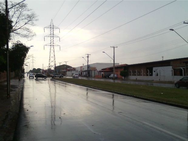 Avenida Guaicurus após a chuva que atingiu Campo Grande nesta terça-feira (8).  (Foto: Alexandre Cabral/TV Morena)
