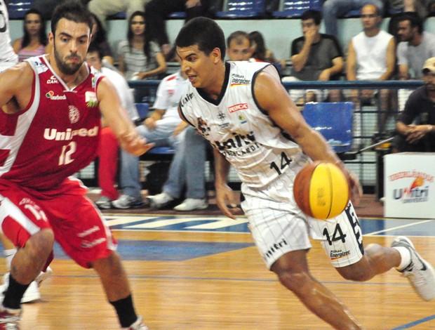 basquete Robby Collum, do Uberlândia, e Pedro, do Paulistano (Foto: Marcos Ribeiro)
