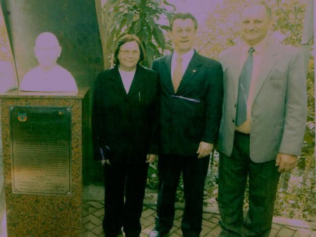 Cláudio (no canto, à direita) ao lado de sua mãe e de um político na inauguração do busto do papa João Paulo II na Assembleia do RS em 2005 (Foto: Arquivo Pessoal)