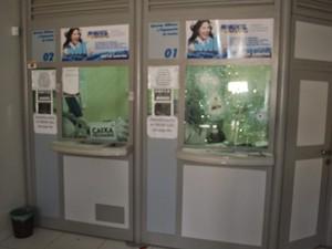 Duas pessoas ficaram feridas por conta dos estilhaços de vidro. (Foto: Robert Kleber/Portal Vila Nova)