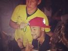 Neymar faz Schweinsteiger vestir camisa da Seleção autografada
