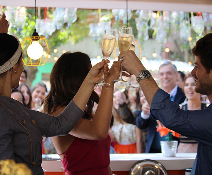 Mari, Ben e Olga celebram com os convidados (Foto: Ariane Ducati/Gshow)