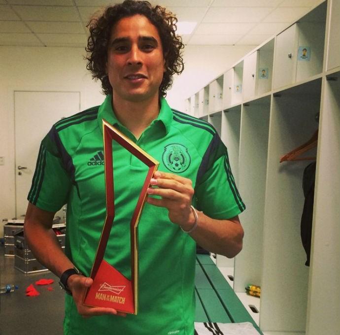 Ochoa, goleiro do México, posa com o troféu de melhor em campo (Foto: Reprodução/Instagram)