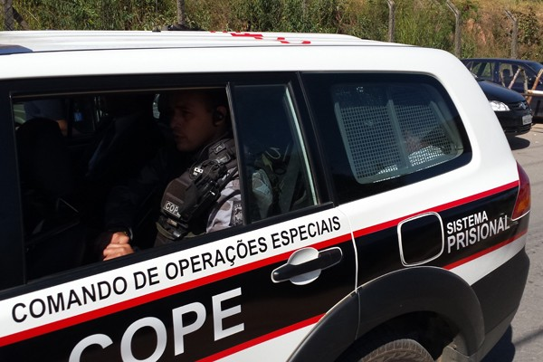 Marcos Valério chega à Penitenciária Nelson Hungria  (Foto: Flávia Cristini)
