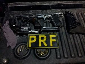 Armas estavam com a prefeita de Gameleira (Foto: Divulgação/ Polícia Rodoviária Federal)