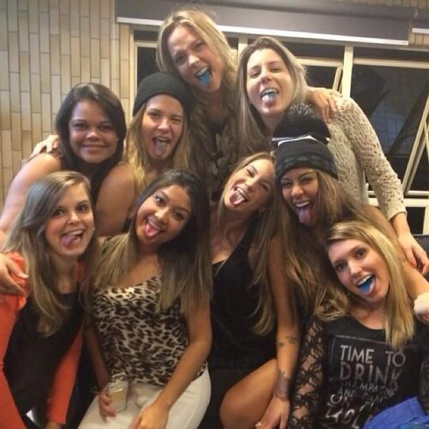Rafaella Santos e Carol Dantas com amigas (Foto: Instagram)