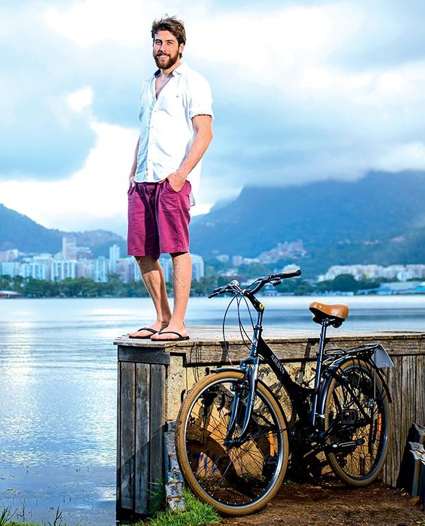 Pedro Nercessian  e sua bike, na Lagoa  Rodrigo de Freitas,  no Rio  (Foto:  )