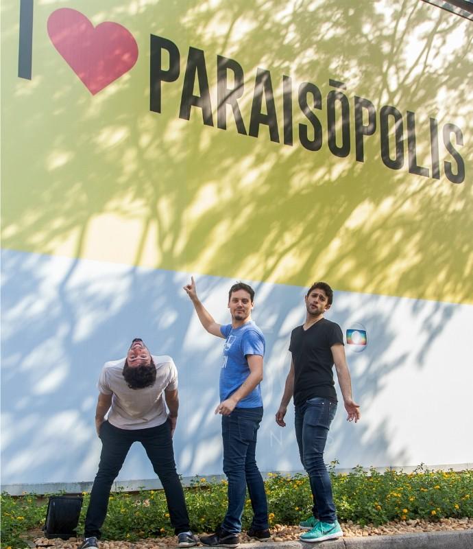 Andy, Daniel e Elidio posam para foto em frente ao mural da novela 'I love Paraisópolis' (Foto: Artur Meninea/Gshow)