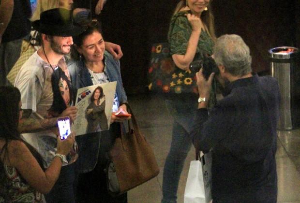 Lília Cabral posa com fã do shopping do Rio (Foto: AgNews)