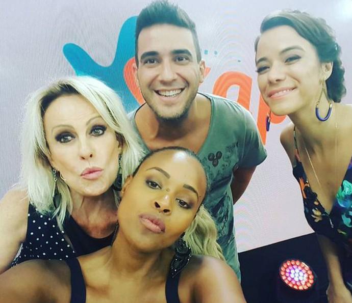 Roberta faz registro ao lado de Ana Maria, André Marques e Miá Mello (Foto: Arquivo Pessoal)