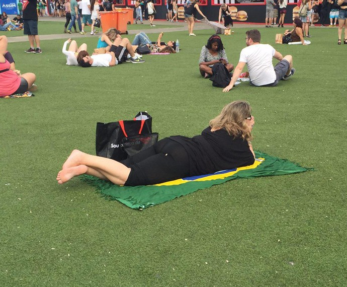 """Carla Morlotti curte o gramado cheia de expectativa: """"Sempre quis vir, desde os 15 anos queria vir. É a primeira vez que eu venho!"""" (Foto: Renata Viot / Gshow)"""