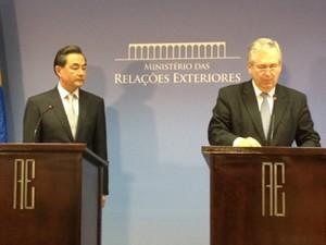 O ministro das Relações Exteriores, Luiz Alberto Figueiredo, com o ministro dos Negócios Estrangeiros da China, Wang Yi (Foto: Filipe Matoso/G1)