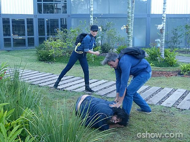 Nem Heloísa escapa da briga! A apresentadora ajuda Thomaz a render mais um inimigo (Foto: Além do Horizonte/TV Globo)