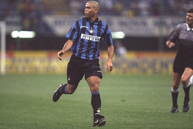 Em 1997, atingiu o auge de seu futebol entre Barcelona e Inter de Milão (Foto: Mike Hewitt/Getty Images)
