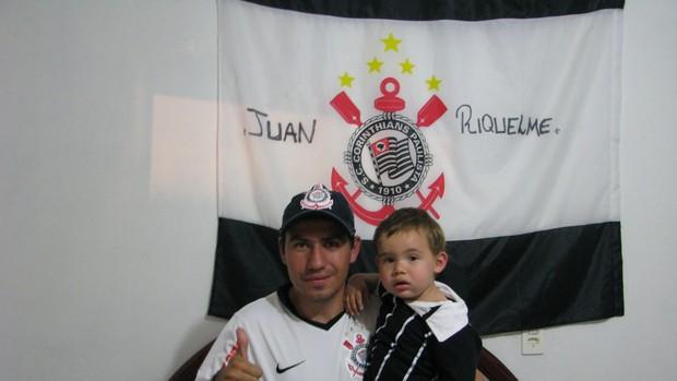 Torcedor do Corinthians, Rodrigo Guimarães, dá nome de Juan Riquelme ao filho (Foto: Rafaela Gonçalves / GLOBOESPORTE.COM)
