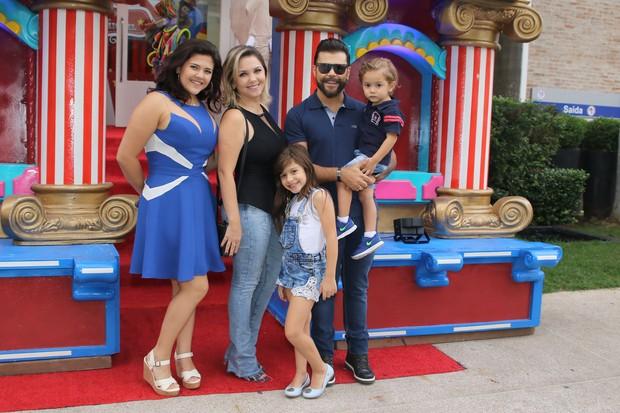 Sertanejo Marcos com a família (Foto: Thiago Duran/AgNews)