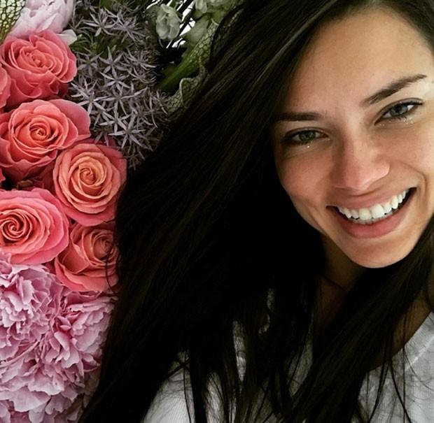 Adriana Lima ganha flores no aniversário (Foto: Reprodução)