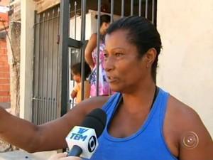 'Ele quase passou por cima', diz mulher que se deparou com carreta (Foto: Reprodução/TV TEM)