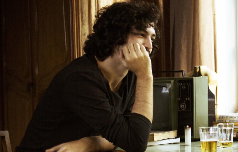 Gustavo olha o irmão com reprovação (Foto: Raphael Dias/Gshow)