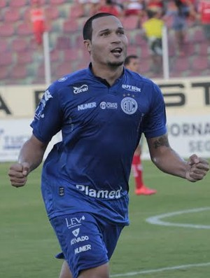 Tito marcou de pênalti para o Confiança (Foto: Osmar Rios)