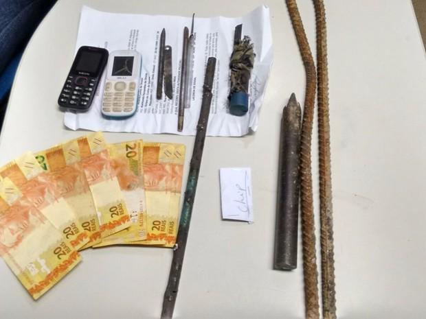 Nos veículo a polícia encontrou dinheiro e celulares (Foto: Divulgação)