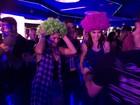 Bruna Marquezine coloca peruca verde e dança com Maria Casadevall