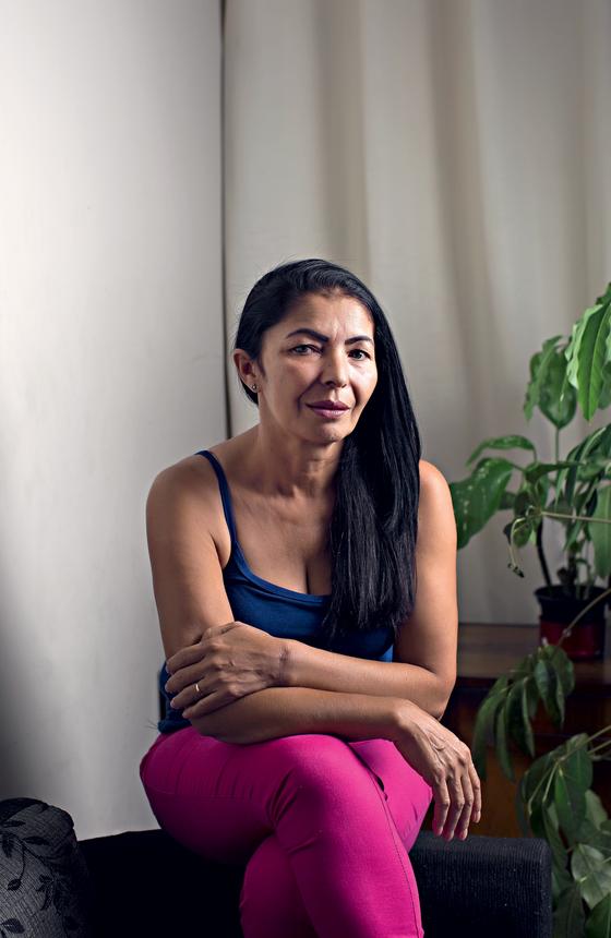 Maria Anunciada da Silva ,assistente de saúde ,que perdeu a cunhada e o sobrinho na maternidade (Foto:  Julia Rodrigues/ÉPOCA)