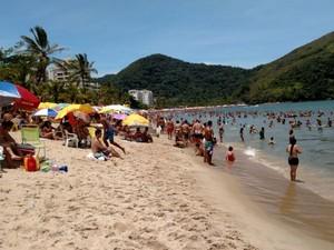 Turistas lotaram praia Martin de Sá, em Caraguatatuba, nesta sexta-feira (2) (Foto: André Luis Rosa)