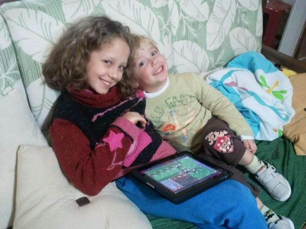 Larissa resolveu unir duas paixões, a literatura e tecnologia em seu primeiro livro. O irmão Caio já pensa em serguir os passos dela. (Foto: Paulo Lima/Arquivo pessoal)