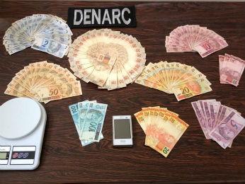 Durante a operação, foram apreendidas cerca de R$7.500,00 em dinheiro, diz polícia. (Foto: Divulgação / Denarc)