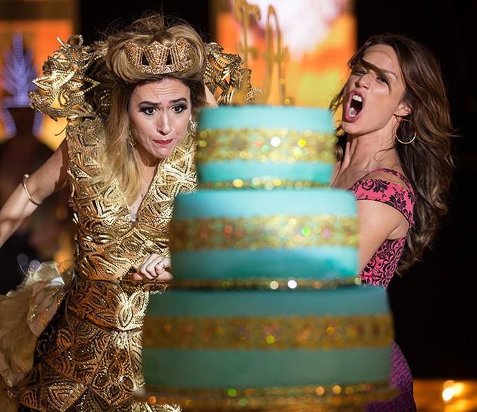 Tancinha empurra Fedora, que dá de cara no bolo de aniversário (Foto: Fabiano Battaglin/Gshow)