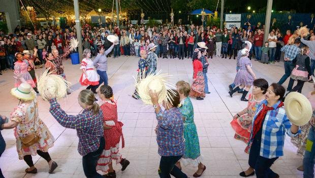 Foz Junina teve dança, galera vestida a caráter e muitas brincadeiras em Londrina (Foto: Fernando Benega/ RPC)