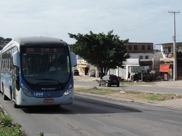 Passageiros de linhas de BRT que trafegam pela PE-15 se sentem inseguros devido à falta de policiamento (Foto: Marina Meireles/G1)