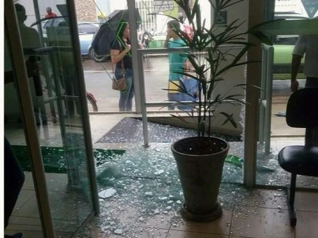 Agência bancária foi assaltada no Centro de Santa Rita do Sapucaí (MG) (Foto: Reprodução EPTV)