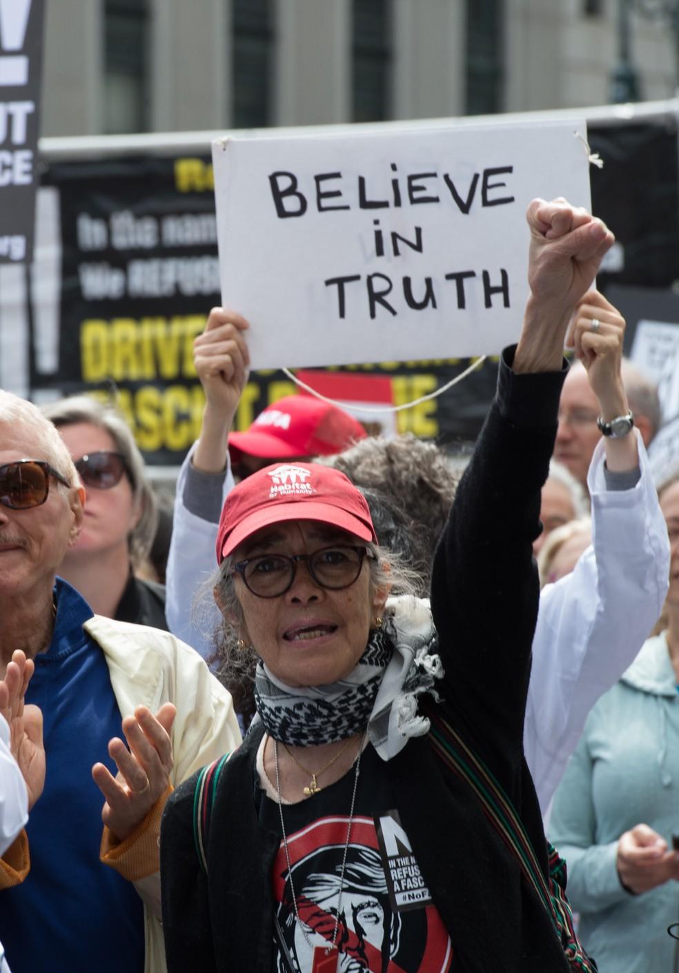 Manifestantes exigem investigação sobre ligação de Trump com a Rússia em Nova York, neste sábado (03) (Foto: Bryan R. Smith/AFP)