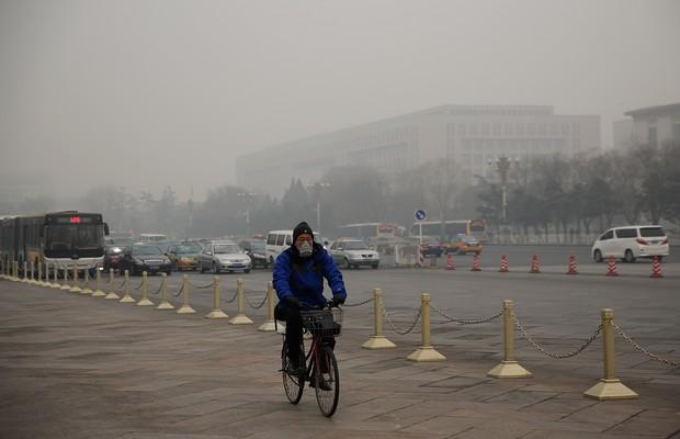 Ciclista usa uma máscara por conta da alta concentração de poluentes no ar de Pequim, China (Foto: Lintao Zhang/Getty Images)