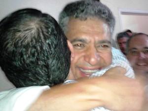 Prefeito eleito de Guarujá abraça eleitor após vitória (Foto: Rodrigo Nardelli/G1)