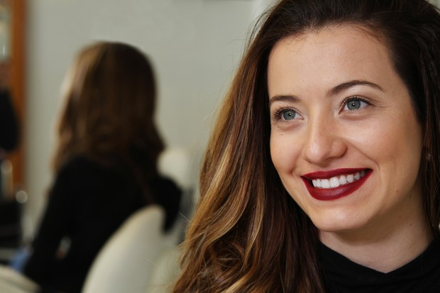 Bianca Müller mostra batom escuro (Foto: EGO)