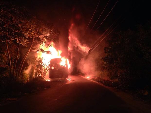 Criminosos atacam ônibus no bairro Recanto do Vinhais em São Luís (Foto: Jonas Sakamoto)